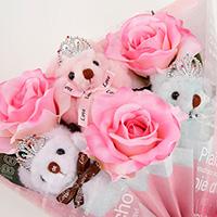 くま束(チビ束):エレナ(ピンク色のバラの造花3本付き)の写真