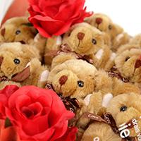くま束(くまブーケ)スタンダード:ロイヤルブラウニー(赤色のバラの造花3本付き)の写真