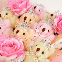 くま束(くまブーケ)スタンダード:アプリコットメロディー(ピンク色のバラの造花3本付き)の写真