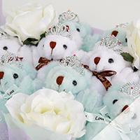 くま束(くまブーケ)スタンダード:エレガントブルー(白色のバラの造花3本付き)の写真