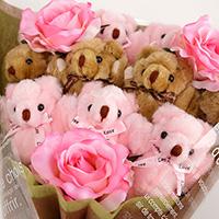 くま束(くまブーケ)スタンダード:ピーチブロッサム(ピンク色のバラの造花3本付き)の写真